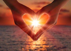Händer som bildar ett hjärta